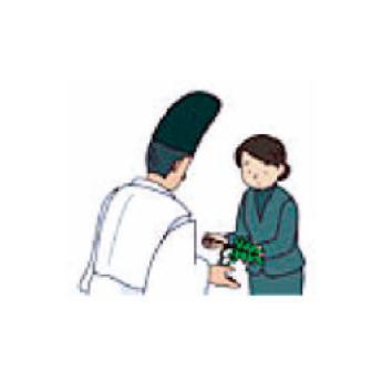 神職に一礼し、右手で枝の根もとを左手で葉を捧げ持ち、玉串を受け取る。