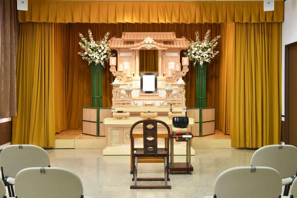 養老:最大30名着席可能の式場となります。祭壇としては白木、白木アレンジ、小規模な生花のご用意があります。ご家族を中心に故人様をお送りするのに最適な式場です。