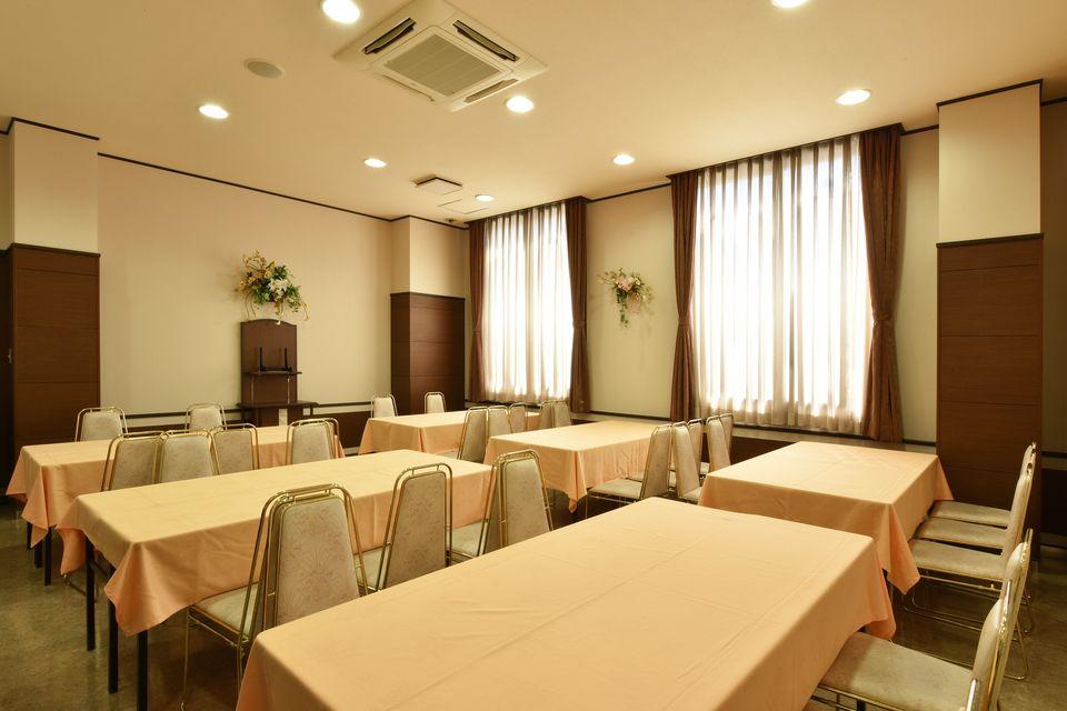 食事室:椅子とテーブルのお席で初七日の後、精進落としを召し上がっていただけます。また、初七日だけでなく各種法要のお食事の会場としてもご利用いただけます。