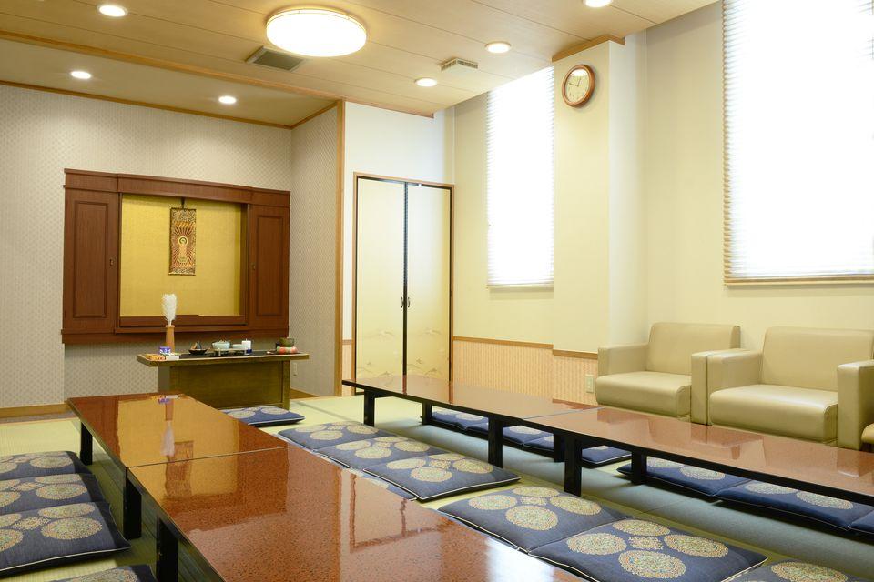 控室:各式場ごとに控室がございます。浴室も完備しており、湯呑や急須・タオルや化粧水などのアメニティもございます。お通夜後の親族様とのお食事、故人様との最後の夜を過ごしていただくための設備を完備しております。