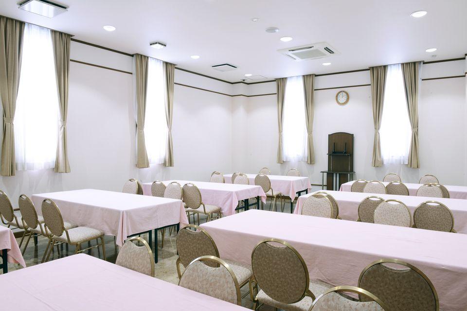 食事室:初七日法要後の精進落としを召し上がっていただくお部屋になります。また各種法要後のお食事にもご利用いただけます。