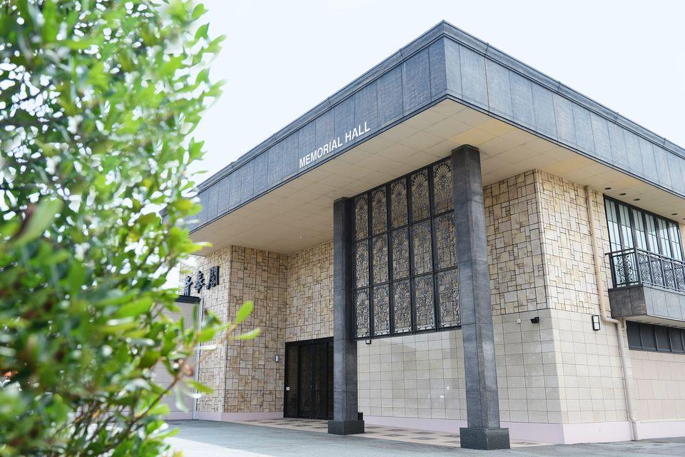 会館全景:式場は2種類あり、1階に約50席の小ホール、2階には約100席の中ホールがございます。