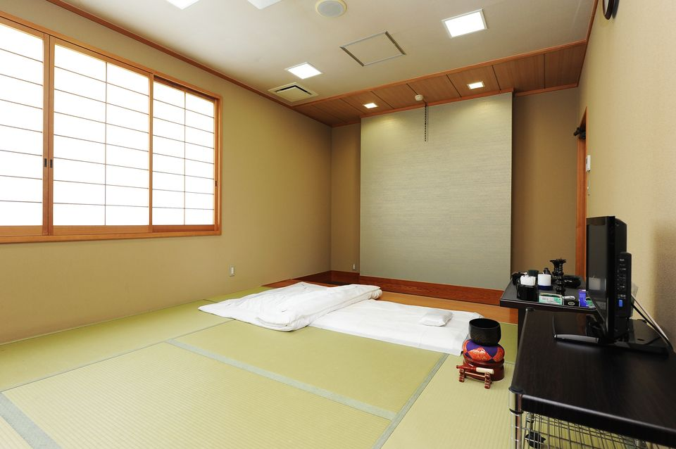 安置室:お亡くなりになった際、病院、施設から直接会館にお入りいただくためのお部屋となります。宿泊用のお布団も2組あるので、故人様と一緒に過ごす事ができます。