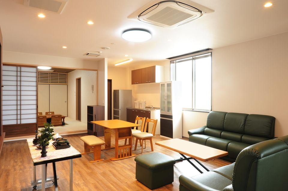 那智控室:控室では、和、洋室を兼ね備えており、ゆっくりとおくつろぎいただけるお部屋になっております。浴室・寝具・アメニティグッズなども完備しています。