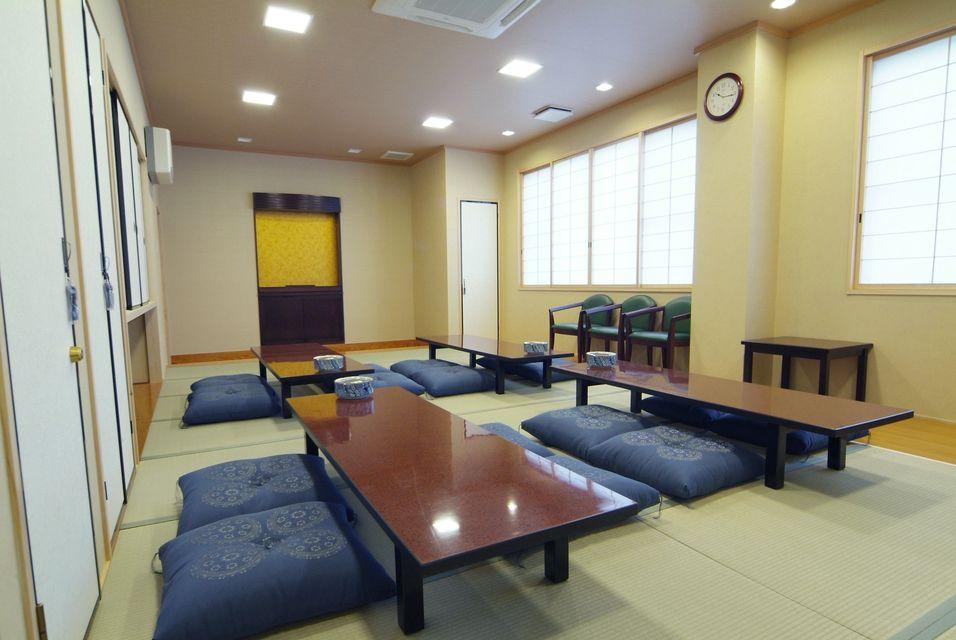 控室:20畳の遺族控室には、浴室・流し・トイレ・布団を完備しており、お通夜もご自宅の感覚でご利用頂けます。