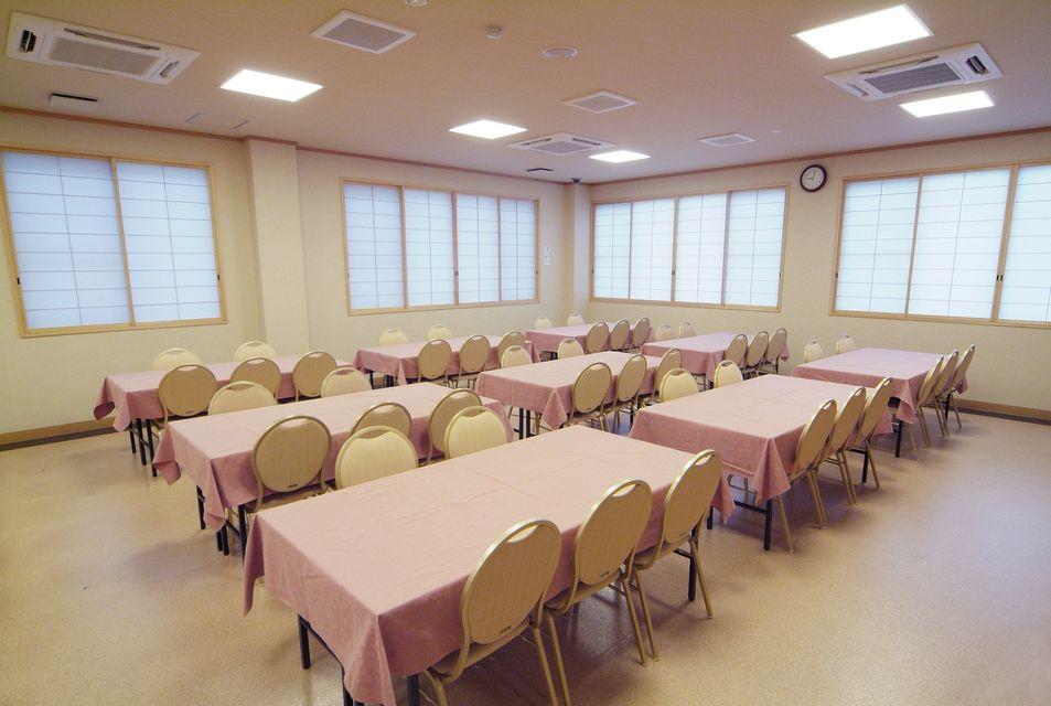 食事室:法要後のお食事にご利用頂けるゆったりとしたスペースです。館内に厨房を設置。会館内でつくるので出来立ての温かいお食事をお召し上がり頂けます。