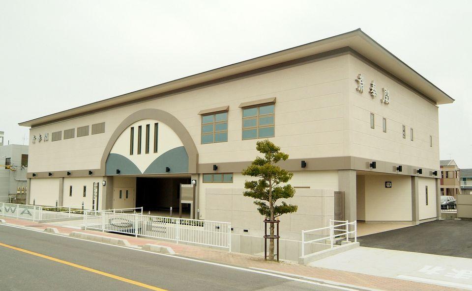会館全景:可動式のパーテーションを利用して、小規模葬から一般葬までお客様のご要望にお応えします。