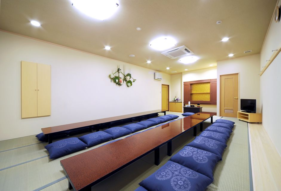 華厳 控室:お部屋には湯呑み、コップ、ポットといった用具は当然の事、宿泊用のお布団 (5組)のご用意、お風呂、トイレ、流し場も備わる設備。また、タオル、アメニティグッズもあり、お通夜から葬儀まで大切な故人と共に過ごせます。