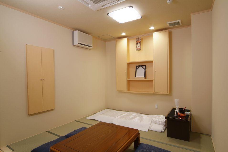 安置室:もしものことが有った時に、病院、施設から直接お入り頂くためのお部屋になります。お布団も二組ご準備しておりますので、故人様とご一緒に過ごして頂くことができます。