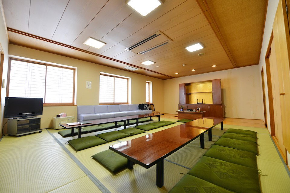 遺族控室:遺族、親戚の方々の通夜、葬儀当日の控室としてご利用していただけます。冷暖房設備、寝具、浴室、アメニティグッズも備えておりますので、快適にお過ごしください。