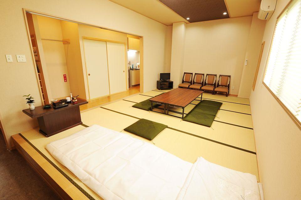 安置室:万が一亡くなられた場合に直接、会館の安置室にお入りいただけるお部屋です。ご自宅の準備や片づけの必要がございません。昨今の住宅事情により、直接、病院などから会館の安置室にお入りいただく方が増えております。