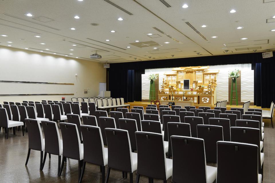 大ホール:約140名様まで収容可能です。一般的な個人葬だけではなく、社葬、お別れ会などにも対応しております。