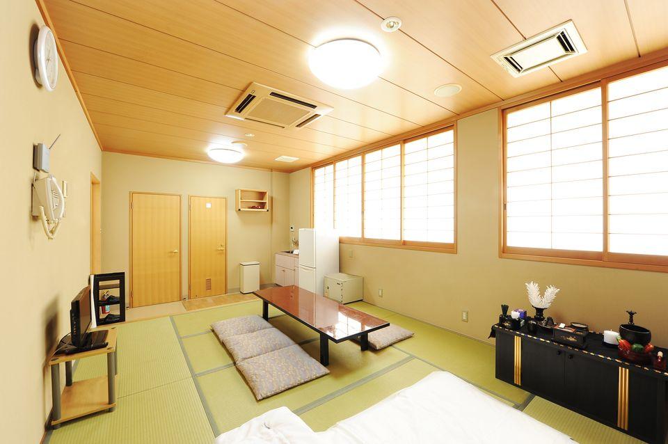 安置室(養老控室兼用):お亡くなりになった際、病院、施設から直接会館にお入りいただくためのお部屋となります。宿泊用のお布団も2組あるので、故人様と一緒に過ごす事ができます。