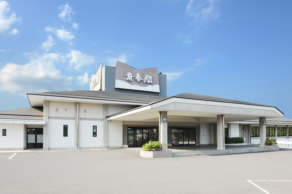 会館全景:大阪・名古屋からアクセスしやすい近鉄・桔梗が丘駅から徒歩10分の便利さです。お車をご利用の方も、国道165号線から伊賀方面に曲がってすぐ国道368号線沿いにあり、100台収容できる大駐車場も完備しております。