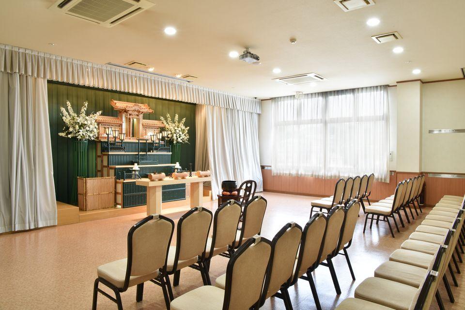 養老:30名様ほどご利用いただけます。家族葬用の生花祭壇やオリジナル祭壇として京風な祭壇をご用意しております。小規模な会場ですので、故人様とより近くでお別れを行うことができます。