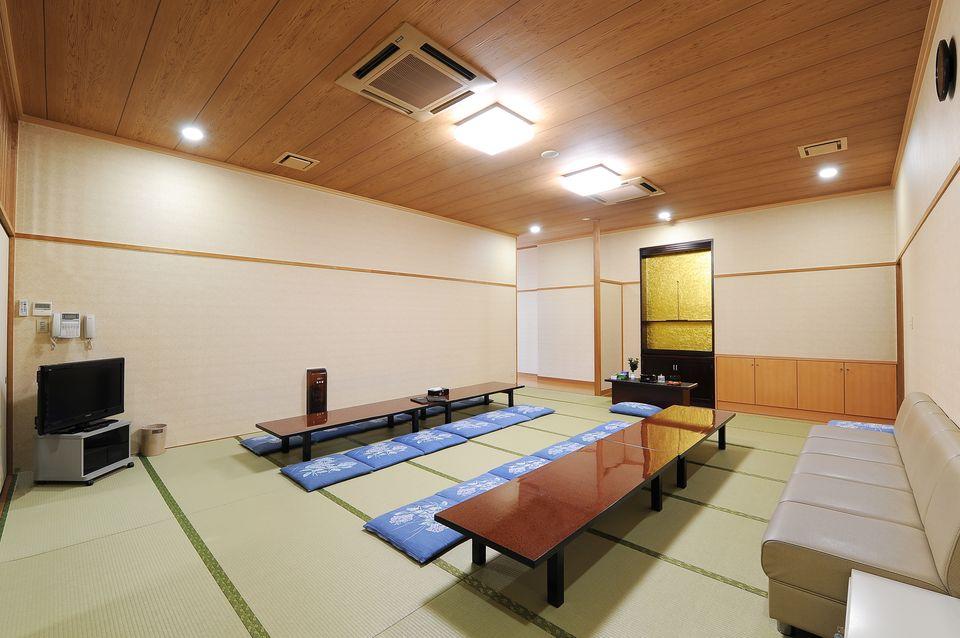 華厳 控室:広々とした和室で故人様と一緒にゆったりとお過ごしいただける空間となっております。冷蔵庫や浴室も完備しており、タオル等のアメニティグッズの用意もございますので快適にご利用いただけます。