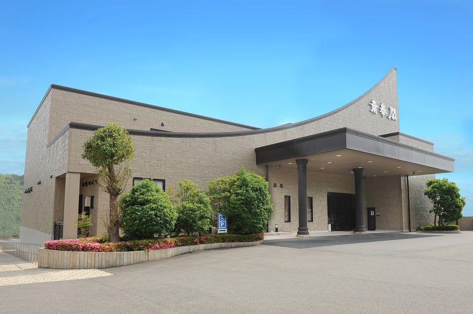 会館全景:笹川通り沿いとわかりやすい場所にある会館で、駐車場は120台収容可能です。三重交通バス「笹川一丁目」より徒歩1分でもお越しいただけます。