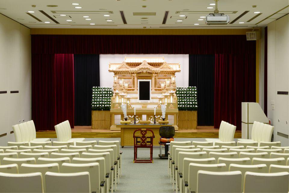 那智・華厳:20席の親族席と70席の一般席をご用意しております。各式場横には親族控室が完備されており、宿泊していただく事が可能です。(布団も5組完備)祭壇も白木・花・オリジナル祭壇とお客様のご要望に合わせて選んでいただけます。