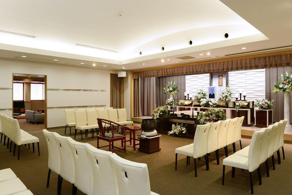 養老:親族席20席、一般席30席をご用意しております。鈴鹿中央斎奉閣オリジナル祭壇で、従来からある白木祭壇とは違ったやわらかい雰囲気を演出しております。