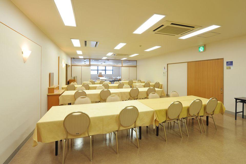 食事室:法要後の食事も会館にてお召しあがりくださいませ。厨房が完備されているので温かいお食事をその場でご提供いたします。