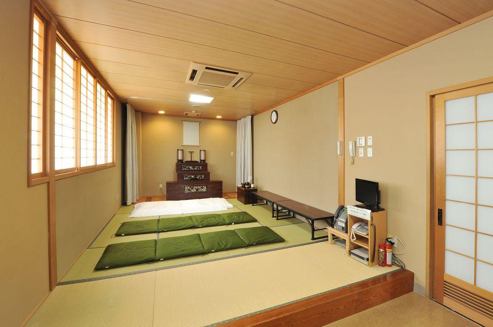 安置室:故人のご遺体を安置するお部屋です。お布団もございますので寝泊りもしていただけます。