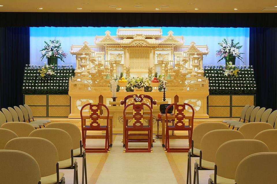 那智:60名から90名様くらいでの式に適したホールです。広いロビーを使用し最大130名様まで対応可能となっております。様々な形式のご葬儀をお手伝いさせていただきます。
