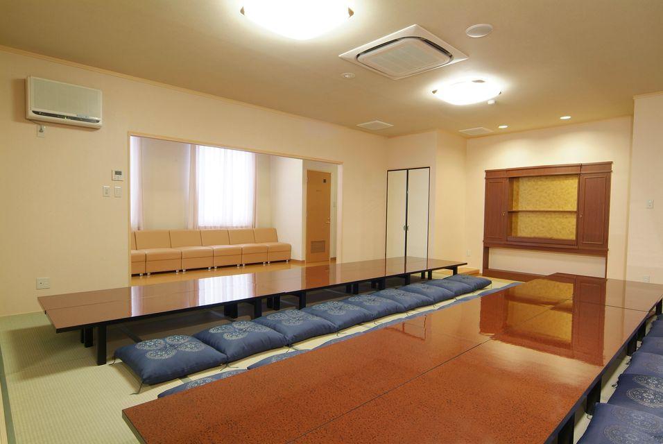那智控室:お通夜終了後に休憩して頂ける広々としたお部屋です。宿泊用のお布団(5組)やお風呂もございます。湯呑やポット、冷蔵庫など取り揃えていますのでごゆっくりおくつろぎいただけます。