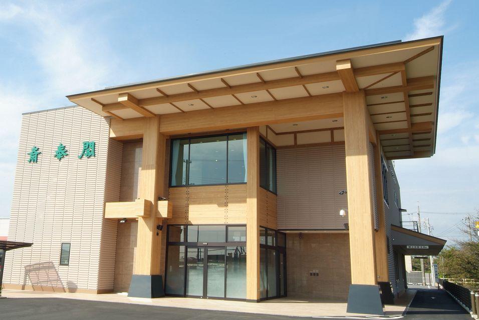 会館全景:三岐鉄道東員駅から徒歩15分、東名阪道「桑名IC」より車で15分。駐車場も110台完備しております。