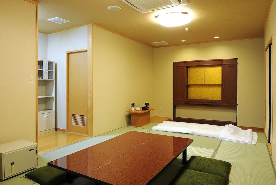 安置室:もしもの事が有った時に、病院、施設から直接会館にお入りいただくお部屋です。宿泊用のお布団もあるので、故人様と一緒に過ごす事ができます。
