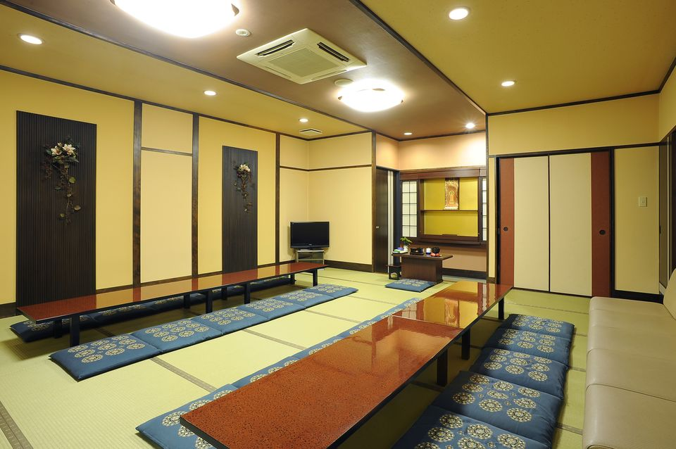 遺族控室:通夜、葬儀当日のご遺族、ご親戚の方々の控室です。冷暖房設備、浴室、寝具、アメニティグッズなども完備しておりますので、快適に宿泊していただけます。