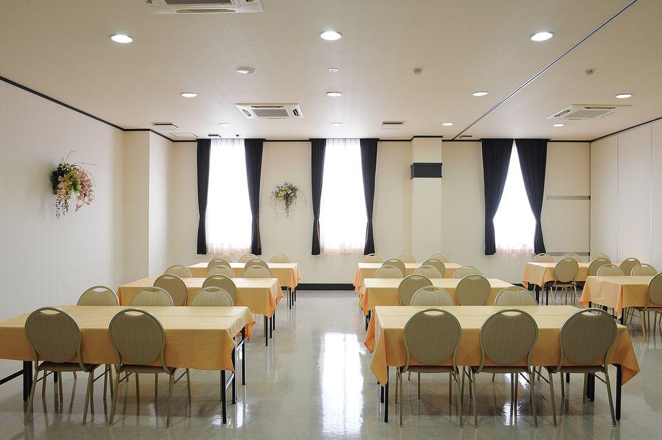 食事室:初七日法要後の御食事(精進落とし)も斎奉閣にお任せください。他店に移動する必要が無く、ご親戚の方々とゆっくりとお召し上がりいただけます。
