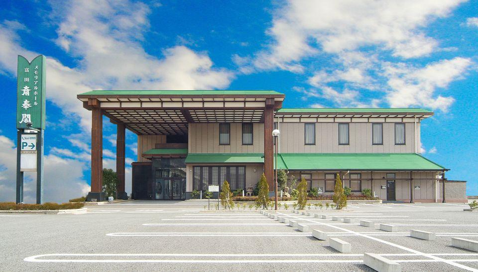 会館全景:駐車場も約130台完備しております。多数のご参列者が来られても安心です。