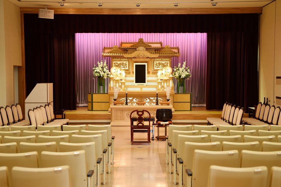 養老:少人数から50名様まで収容可能です。家族葬や小規模葬にご利用いただける小ホールとなります。白木祭壇や生花アレンジ祭壇等ご用意させていただいております。
