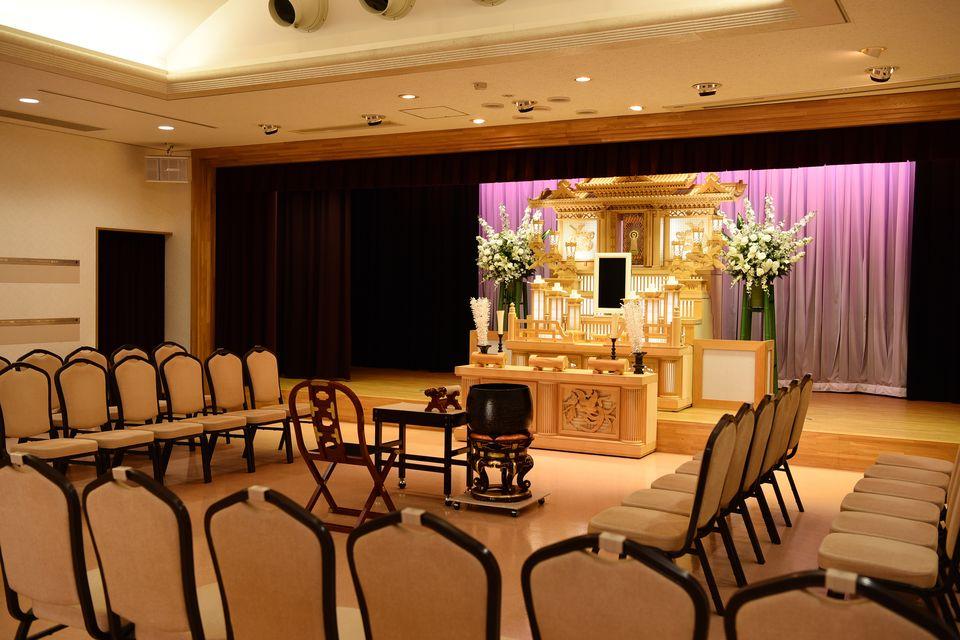 華厳・那智:約100名様まで収容可能です。白木祭壇や生花祭壇・アレンジ祭壇等ご用意させていただいております。一般葬などにご利用いただける中ホールとなっております。