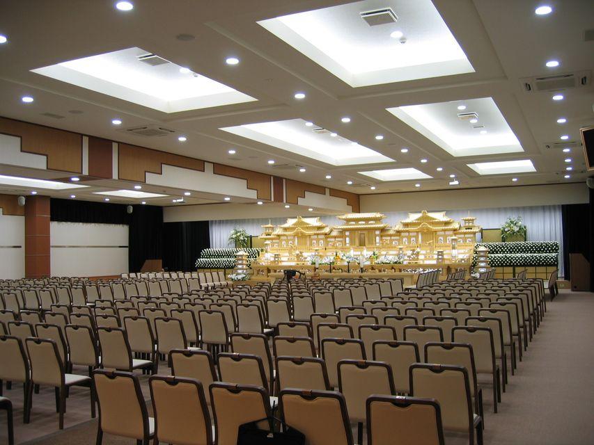 大ホール:約200名様まで収容可能。白木祭壇・生花祭壇等ご用意させていただいております。社葬などたくさんのご参列にも対応できるホールとなっております。親族様控室は2部屋使用可能です。
