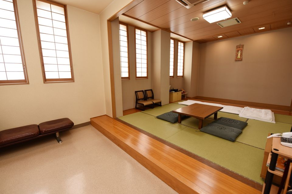 安置室:病院や施設から直接会館へとお入りいただくお部屋になります。宿泊用の寝具もありますのでお泊りいただけます。