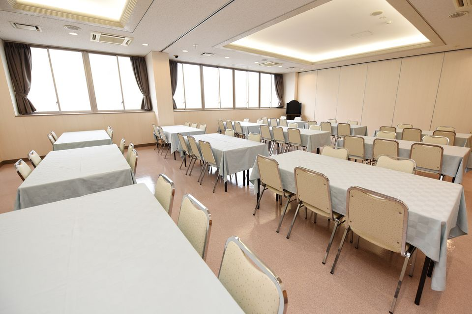 食事室:初七日法要後の精進落としを召し上がっていただくお部屋になります。会館内に厨房がありますので温かいお食事をお召し上がりいただけます。また各種法要後のお食事にもご利用いただけます。