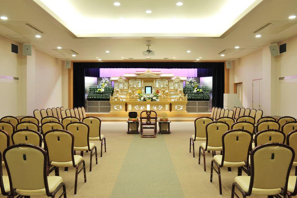 養老・那智:可動式のパーテーションを利用して、少人数から120名様まで収容可能。一般葬はもちろん、人数に応じた家族葬など様々な葬儀に対応しております。