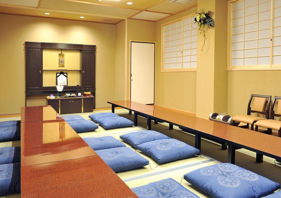控室:20畳の遺族控室には、浴室・流し・トイレ・フットマッサージ機を完備しており、お通夜もご自宅の感覚でゆったりとおくつろぎいただけます。
