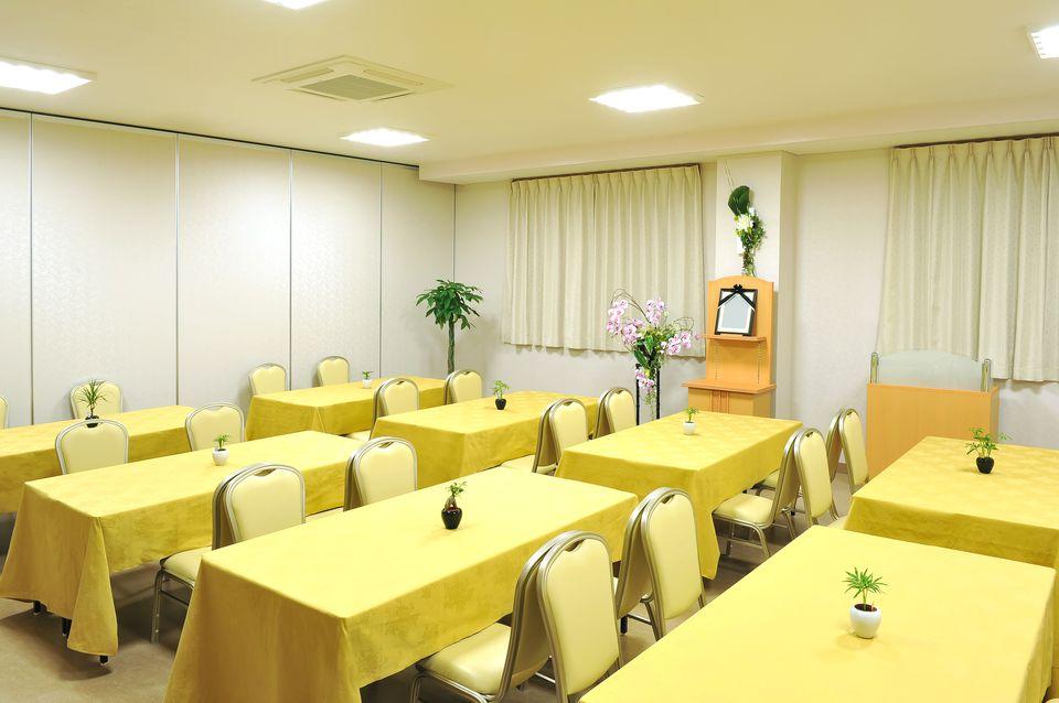 食事室:法要後のお食事にご利用頂けるゆったりとしたスペースです。館内に厨房を設置。会館内でつくるので出来立ての温かいお食事をお召し上がりいただけます。