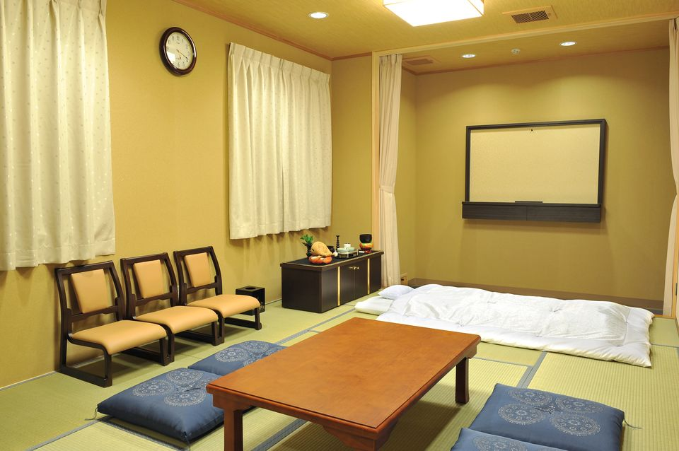 安置室:2室完備。病院から直接お入り頂けます。ご希望に応じて湯灌サービスも行っております。