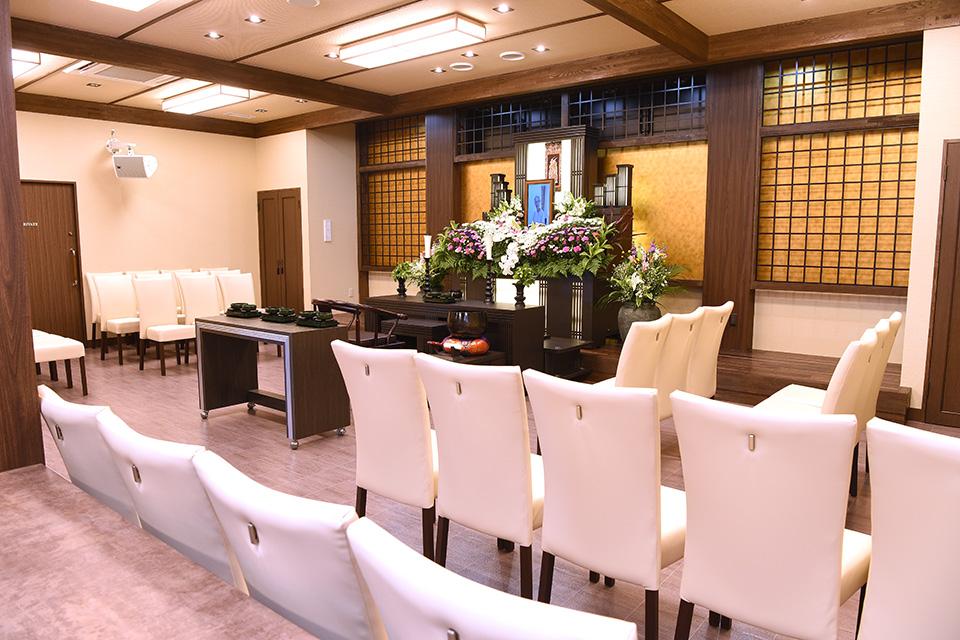 藍(式場):約30席の家族葬専用ホールとなります。落ち着いた和風形式でゆったりとした心温まるお葬式をすることができます。