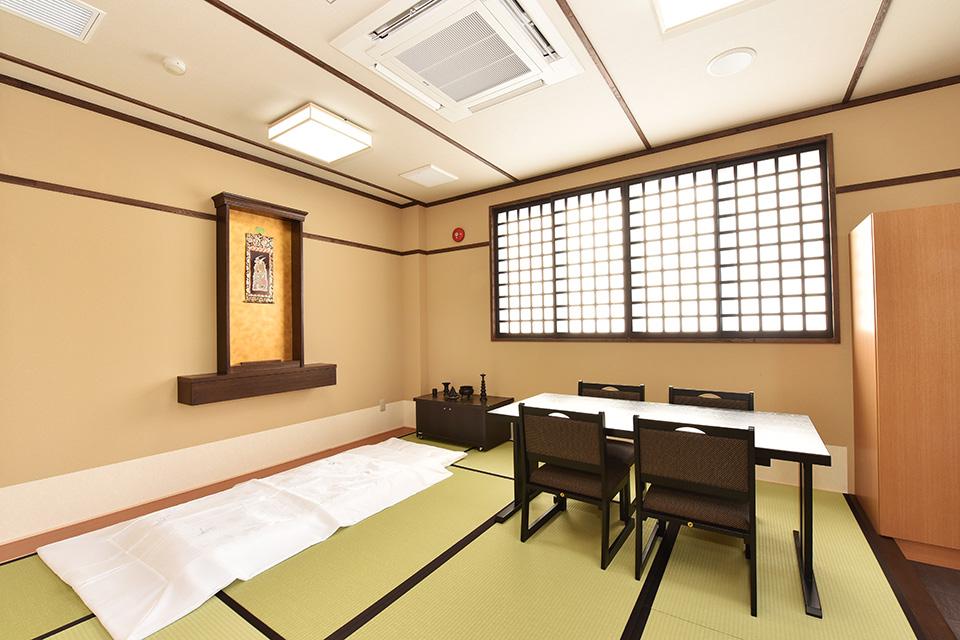 安置室:お亡くなりになった際、病院や施設から直接会館へお入りいただくためのお部屋となります。宿泊用のお布団も2組ありますので、故人様と一緒に過ごすことができます。