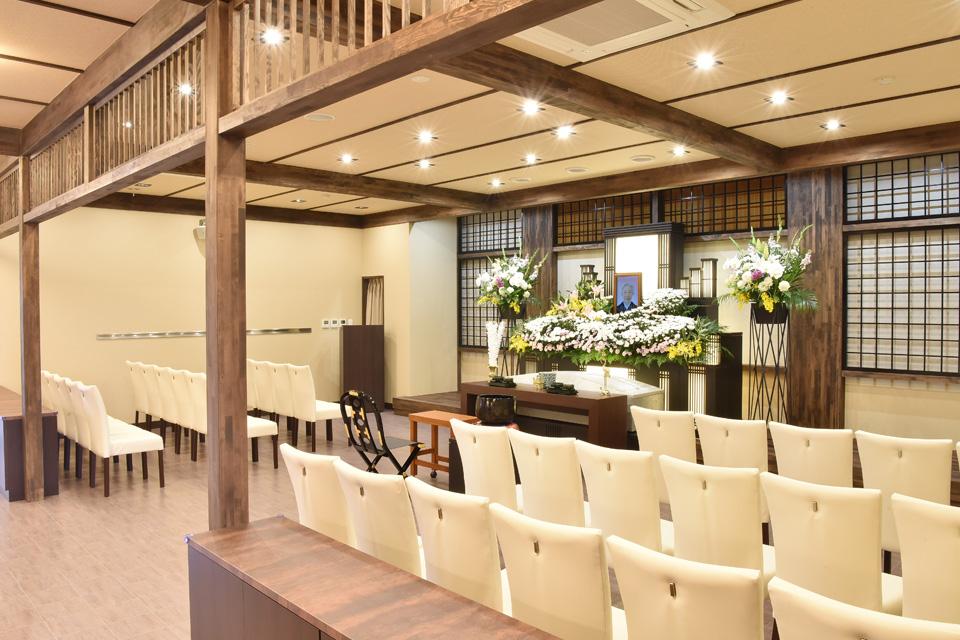 藍(式場):30名様までの家族葬用ホールとなります。落ち着いた和風の内装により、温かみのあるお葬式を行うことができます。