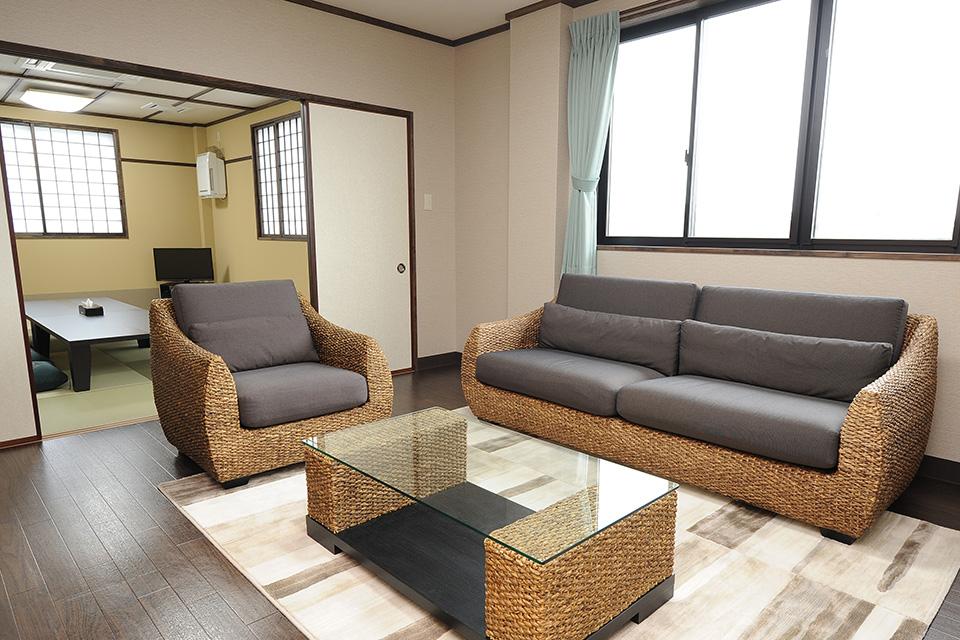 親族控室:和室と洋間が合わさった親族控室は、自宅に居るようなくつろぎのある空間になっています。ベッドルームもあるので、ご遺族様にも負担がかからず、ゆっくりお休みいただけます。