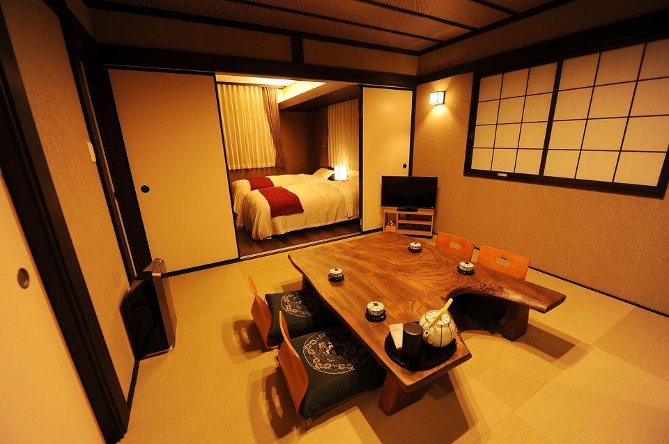 控室:重厚感のある神代欅のテーブルを配した趣のある空間となっております。四季の草花を眺めるバスルームやベッドルームもあり、ゆっくりお休みいただけます。