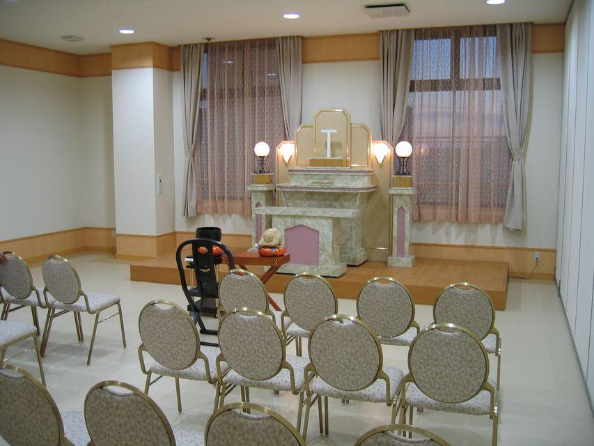 法要室:葬儀を終えた後の初七日や各種法要のお参りを行っていただけます。座敷ではないため、長時間の着席が不安な方でも安心していただけます。