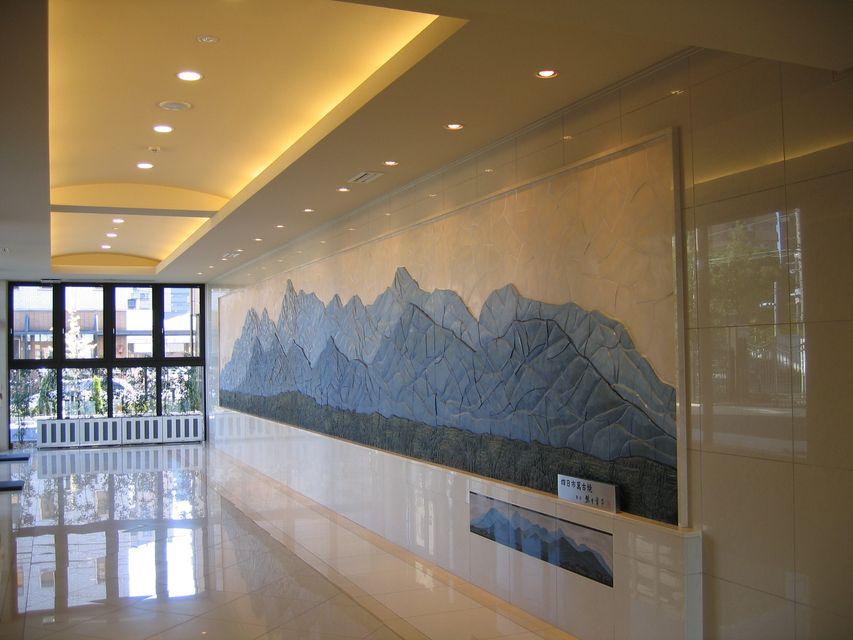 1Fロビー:名産の万古焼による雄大な鈴鹿山脈のパノラマ図が皆様をお迎えいたします。